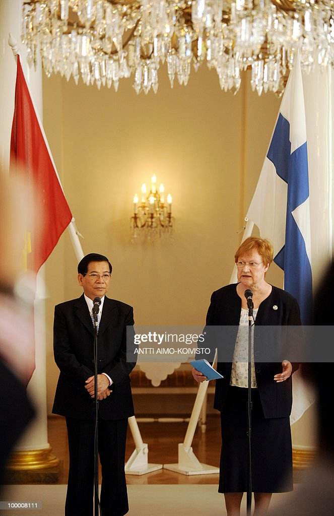 Vietnamese president Nguyen Minh Triet (L) and Finnish President Tarja Halonen hold a press conference at the Presidential Palace in Helsinki on May 20, 2010. Triet is on a three-day official state visit to Finland. AFP PHOTO/LEHTIKUVA/Antti Aimo-Koivisto