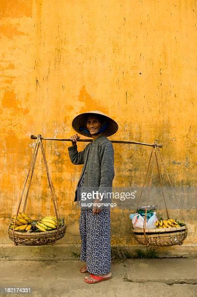 Vietnamesische Frau Textfreiraum gelbe Wand