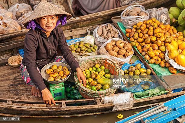 Vietnamesische Frau verkaufen Obst auf schwimmenden Markt, Mekong-Delta