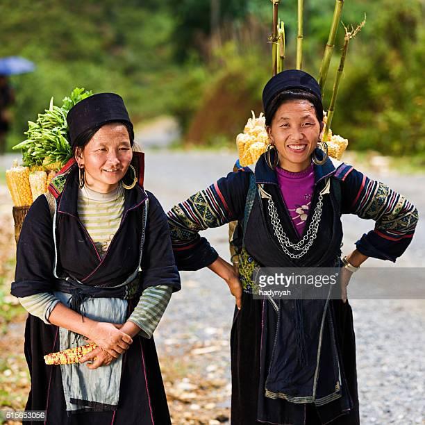 Femmes vietnamiennes porter corn à Sapa ville