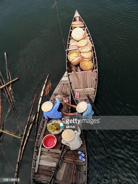Vietnamesische Frauen hat eine lunchbreak in ihre Boote. Hoi an ein