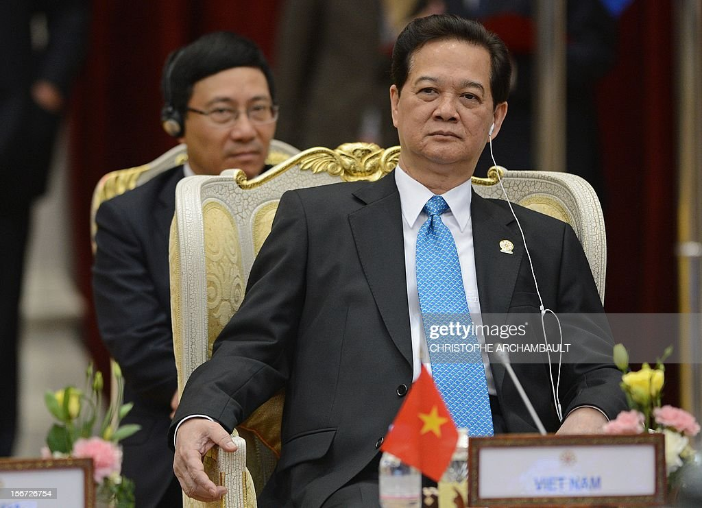 Vietnam's Prime Minister Nguyen Tan Dung (R) attends the Association of Southeast Asian Nations (ASEAN) Global Dialogue meeting as part of the ASEAN and related summits in Phnom-Penh on November 20, 2012. Asian leaders feuded over how to handle tense maritime territorial disputes with China, overshadowing talks at a regional summit meant to strengthen trade and political ties. AFP PHOTO/Christophe ARCHAMBAULT