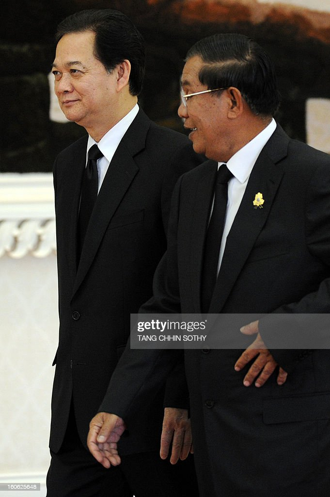 Vietnam's Prime Minister Nguyen Tan Dung (L) walks with Cambodian Prime Minister Hun Sen (R) during their meeting at the Peace Palace in Phnom Penh on February 4, 2013. Dung arrived here to pay his respects and attend the funeral of the late former king Norodom Sihanouk ahead of his cremation on February 4.