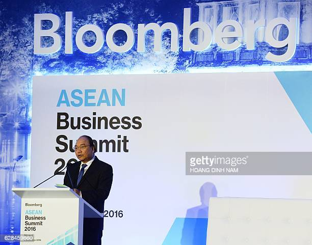 Vietnam's Prime Minister Nguyen Xuan Phuc delivers a speech at the opening of the ASEAN Business Summit in Hanoi on December 8 2016 / AFP / HOANG...