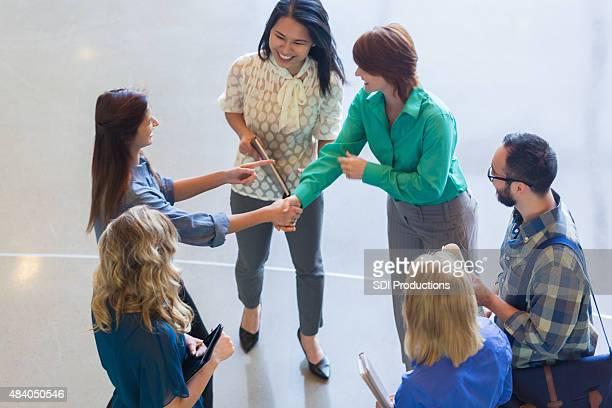 Blick von oben auf die kreative business team schütteln die Hände