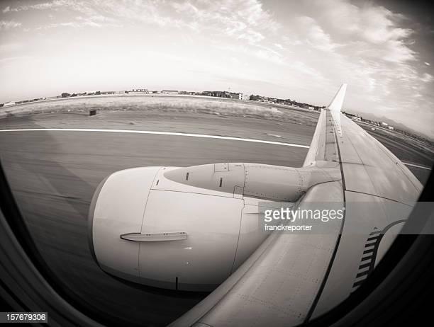 Vue depuis le hublot pendant le décollage avion