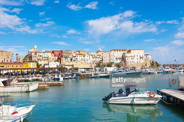 Vista da il porto verso la città vecchia di Termoli