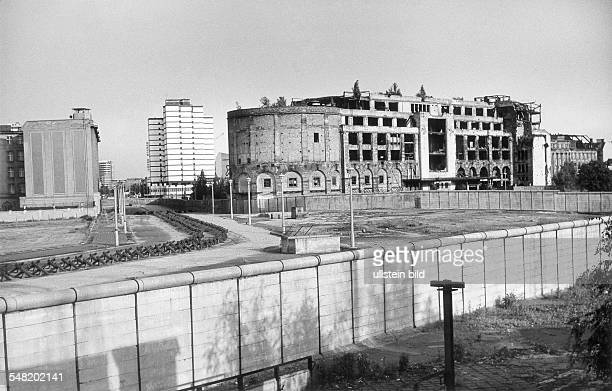 Germany West Berlin Potsdamer Platz view over the wall to the destroyed 'Haus Vaterland' in the background the East Berlin 'Hervis Hotel' 1969