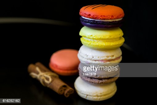 view from top point to vivid colored macaroons in stack : Foto de stock
