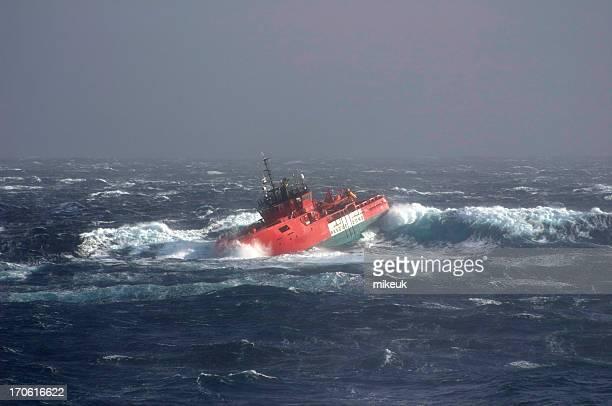 Barco en vehemente al mar