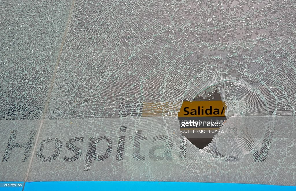 View of a broken glass during a protest at the 'Transmilenio' station in southern Bogota, Colombia, on February 12, 2016. Users of public transportation blocked roads to protest what they consider poor service and high cost. Amid the protest several buses were damaged as well as stations destroyed and several demonstrators were detained by police after clashes. AFP PHOTO / GUILLERMO LEGARIA / AFP / GUILLERMO LEGARIA