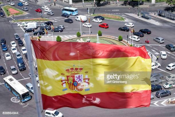 A view of a flag and traffic at Terrazamirador del Palacio de Cibeles