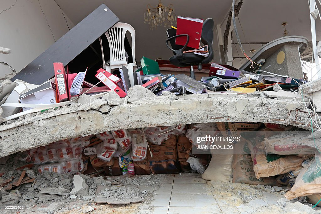 TOPSHOT - View of a house destroyed in Jama, in the Ecuadorean coastal province of Manabi, on April 18, 2016 two days after a 7.8-magnitude quake hit the country, on April 18, 2016. Rescuers and desperate families clawed through the rubble Monday to pull out survivors of an earthquake that killed 350 people and destroyed towns in a tourist area of Ecuador. / AFP / Juan Cevallos