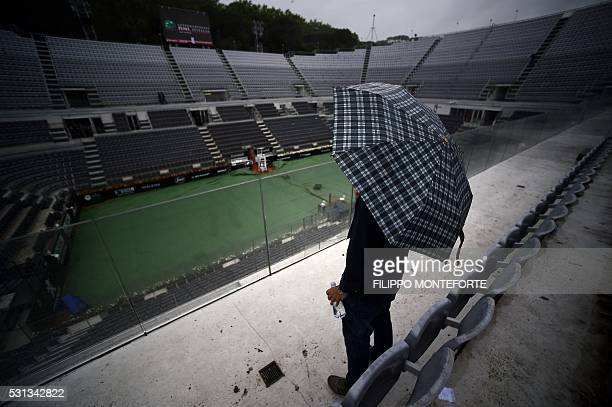 A view of an empty central court as the Tennis Open tournament at the Foro Italico in Rome is stopped due to the rain on May 14 2016 / AFP / FILIPPO...
