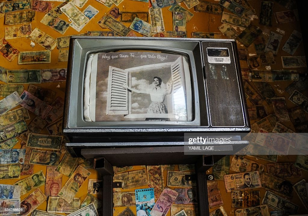 View of an old TV at a private restaurant in Havana, on May 25, 2016. Cuban authorities are considering legalizing certain private businesses, a potentially transformative move for the communist island as it liberalizes its economy, according to proposals published this week. / AFP / YAMIL