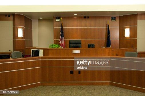 Vue judiciaire Banc dans le cadre moderne de Salle de tribunal