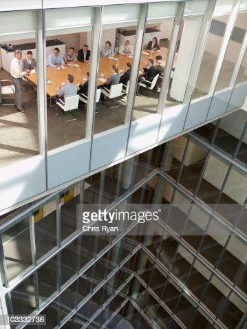 Vue de gens d'affaires dans la salle de conférence de gratte-ciel : Photo
