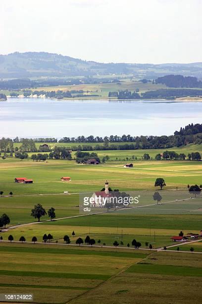 Blick auf Europa Landschaft mit ihren Bauernhöfen, Lake, Chuch und Häuser