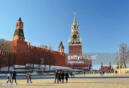 View of  Kremlin from Vasilyevsky Spusk and passers-by : Stock-Foto
