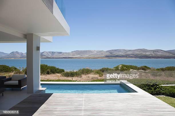 Blick auf den See vom modernen Haus