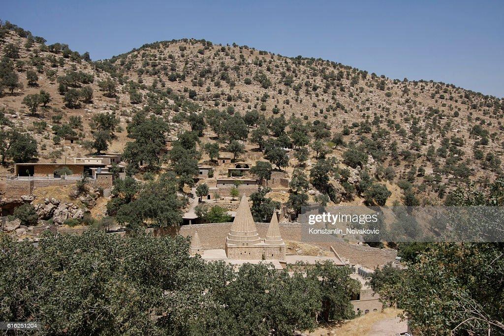 View of Lalish village in North Iraq : Foto de stock