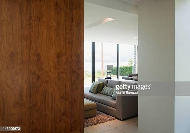 Vista da sala de estar com porta de entrada