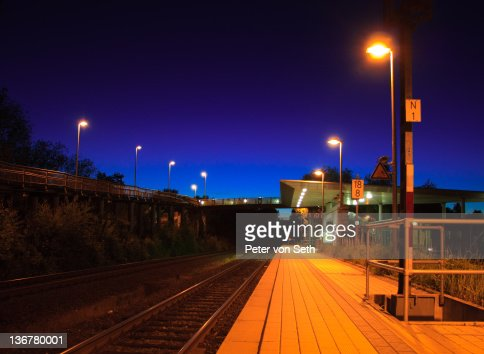 View of Platform at night : Stock-Foto