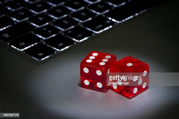 Vista de dados vermelhos para jogar e jogos online