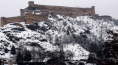 A view of snow covered Hari Parbat fort at Makhdoom Sahib old city on January 23 2014 in Srinagar India Kashmir remained cutoff from the rest of the...