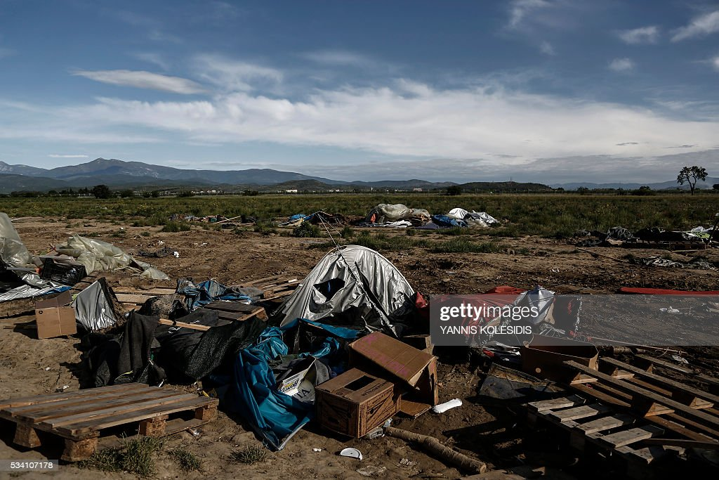 A view of the camp during a police clearing operation at a refugee and migrant camp at the border between Greece and Macedonia near the village of Idomeni, northern Greece on May 25, 2016. Greek police restarted an operation to move migrants out of Idomeni, the squalid tent city where thousands fleeing war and poverty have lived for months. The migrants and refugees on May 24 were bussed to newly opened camps near Greece's second city Thessaloniki, about 80 kilometres (50 miles) to the south. / AFP / POOL / Yannis KOLESIDIS