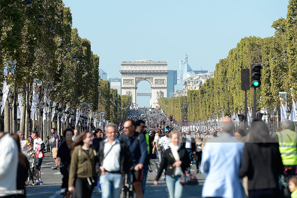 a view of the champs elysees with the arc de triomphe in the background during the car free day. Black Bedroom Furniture Sets. Home Design Ideas