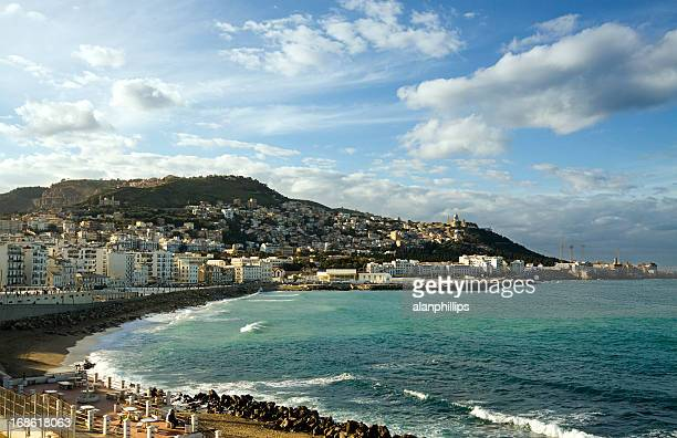 Vue sur la côte de l'autre côté de la baie d'Alger