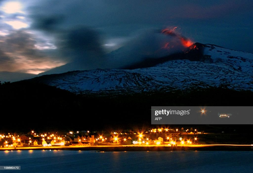 View of the Copahue volcano spewing ashes from Caviahue, Neuquen province, Argentina, some 1500 km southwest of Buenos Aires on December 22, 2012. The authorities of Chile and Argentina issued yellow alerts due to the eruption of the Copahue volcano, placed in the border between both countries. AFP PHOTO / Antonio Huglich