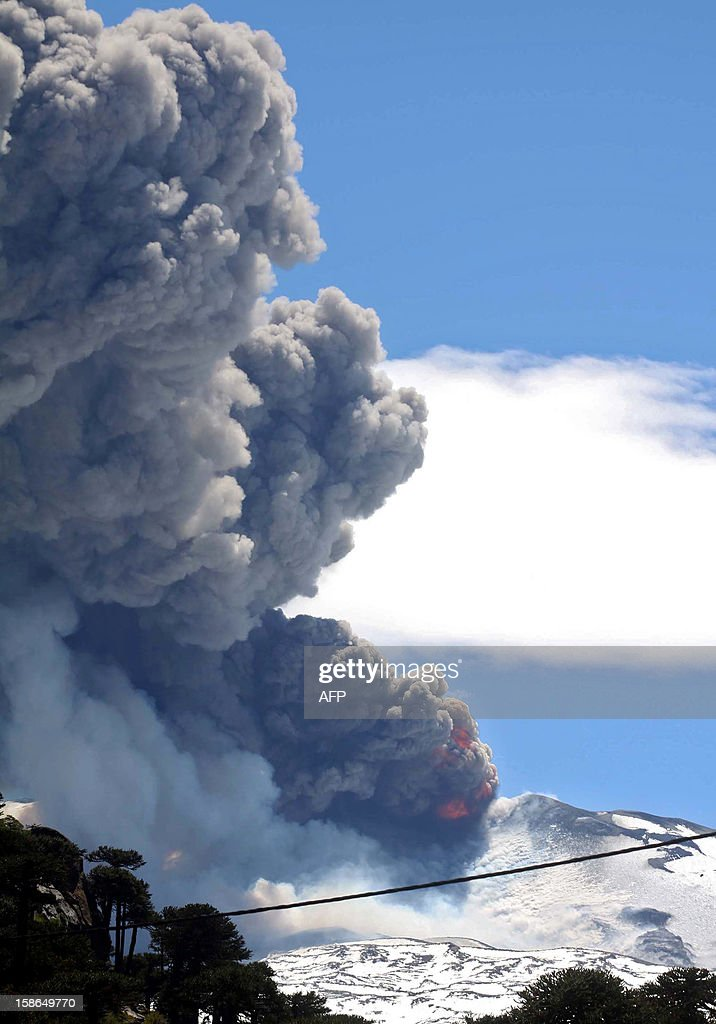 View of the Copahue volcano spewing ashes from Neuquen province, Argentina, some 1500 km southwest of Buenos Aires on December 22, 2012. The authorities of Chile and Argentina issued yellow alerts due to the eruption of the Copahue volcano, placed in the border between both countries. AFP PHOTO / NA - La Manana del Sur - Bruno Tornini