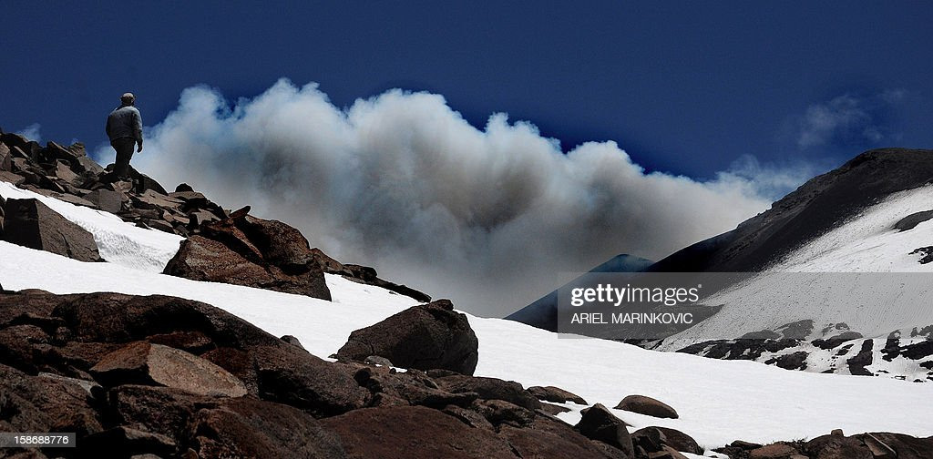 View of the Copahue volcano spewing ashes, in Copahue, Chile, on December 23, 2012. The authorities of Chile and Argentina issued alerts in each country due to the eruption of the Copahue volcano, placed on the border between both countries. AFP PHOTO / Ariel Marinkovic
