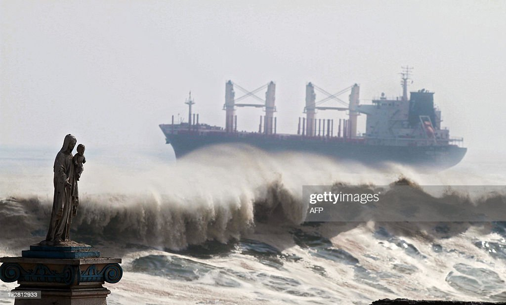 View of the heavy sea in Antofagasta, Chile on July 4, 2013. Waves of up to seven meters of height were registered in the Chilean coast Thursday. AFP PHOTO / JORGE JARA