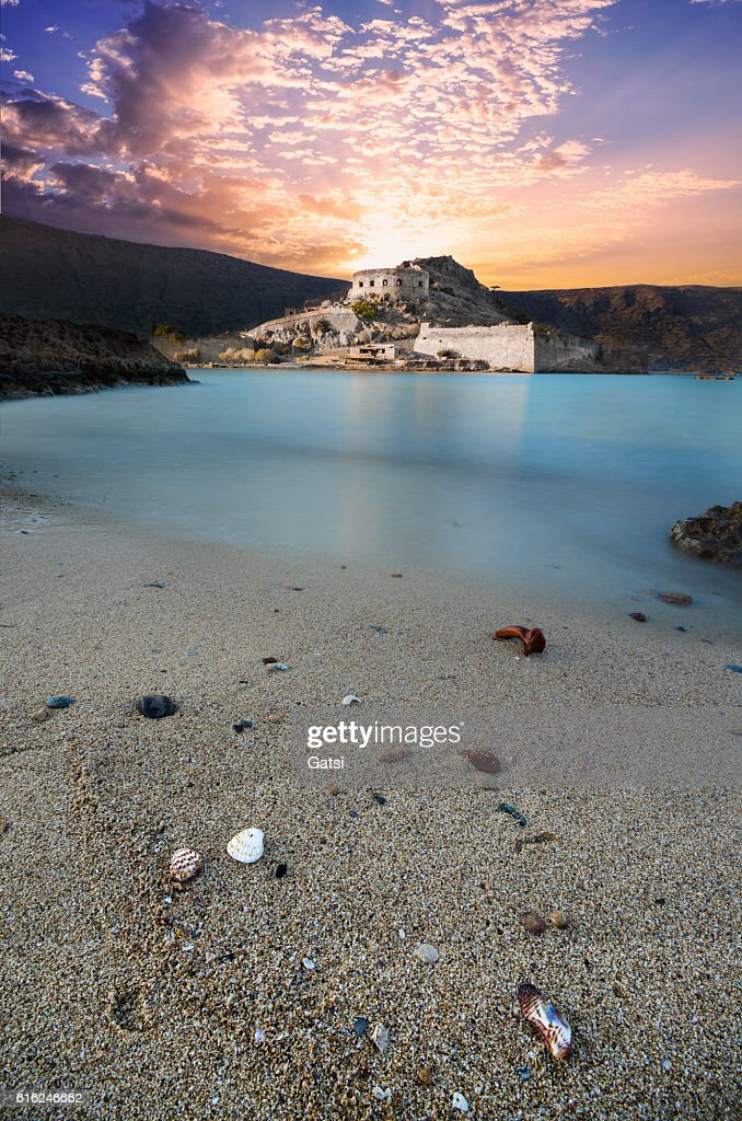 View of the island of Spinalonga at sunset. : Foto de stock