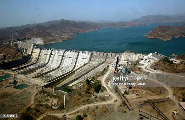 sardar sarovar dam The gujarat government has permission to raise the height of sardar sarovar dam, but officials concede that even at the present height the waters could reach parched regions.