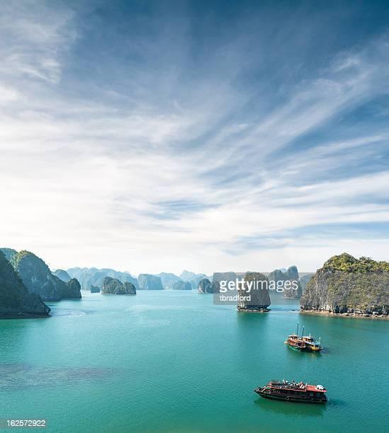 Vue sur les bateaux touristiques de la Baie d'Halong, Vietnam