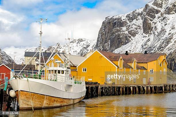 Vista su Nusfjord Porto in inverno nel Lofoten, Norvegia
