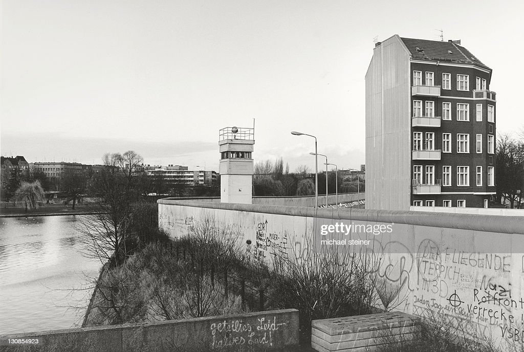 Stock foto view over the berlin wall in 1985 detached house next to