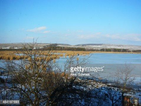 Vista para o lago Suruceni rushy em dia de sol de Inverno : Foto de stock