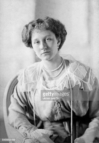 Viktoria Luise von Preussen *13091892Herzogin von Braunschweig DTochter Kaiser Wilhelms II Halbportrait mit langer Perlenkette 1915Foto Joseph Raab