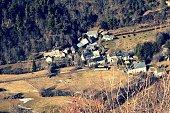 Petit village du Sancy perdu au fond d'une vallée en direction du lac Chambon