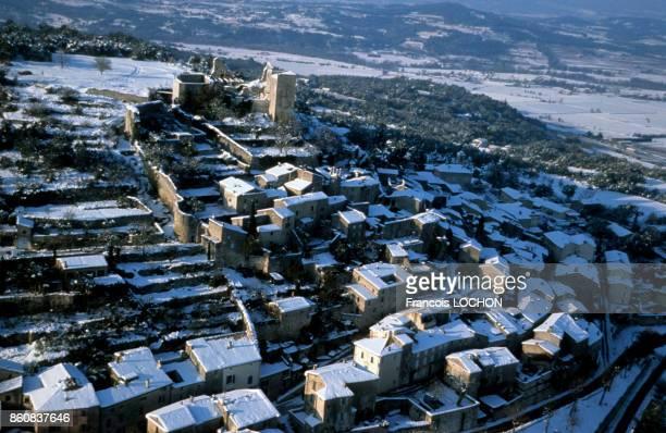 Village de Lacoste dans le Lubéron sous la neige en novembre 1999 France