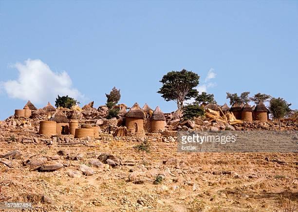 Villaggio in Northen Camerun. Un paesaggio arido. Blu cielo.