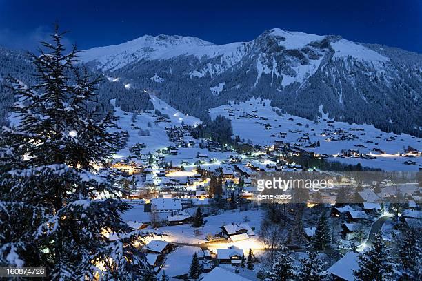 Dorf Lenk, Moonlight, frischen Schnee Zeit ausgerichtet.