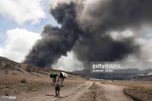 に噴火する火山・ヴィレジャーウォーキング