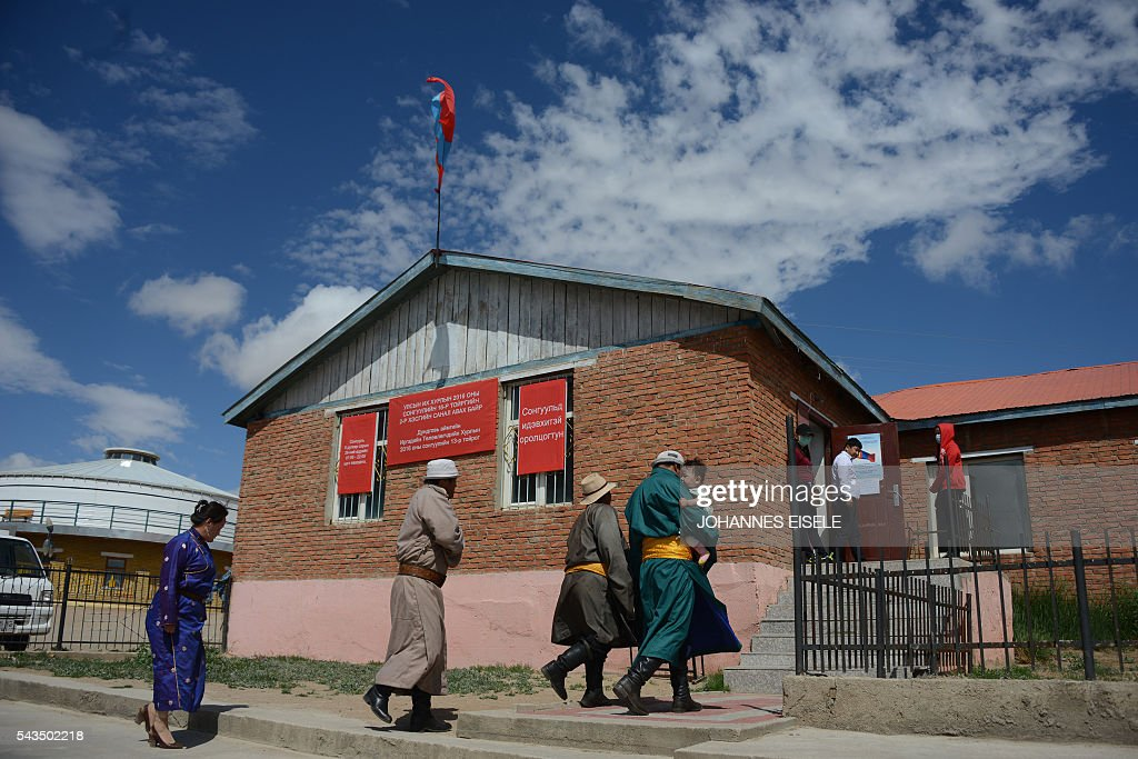 Villagers enter a polling station after voting for the parliamentary elections in Mandalgovi, middle Gobi province on June 27, 2016. Mongolians headed to the polls on June 29 to elect a new national government as the country struggles to monetise its vast natural resources amid slumping demand for commodities from its largest trade partner China. / AFP / JOHANNES