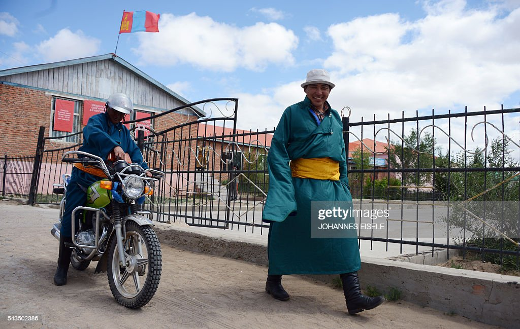 Villagers leave a polling station after voting for the parliamentary elections in Mandalgovi, middle Gobi province on June 27, 2016. Mongolians headed to the polls on June 29 to elect a new national government as the country struggles to monetise its vast natural resources amid slumping demand for commodities from its largest trade partner China. / AFP / JOHANNES
